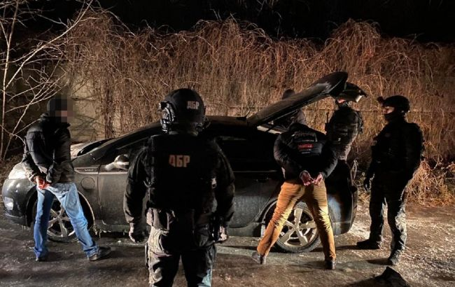Держали человека в гараже и требовали взятку: трем полицейским объявили подозрения