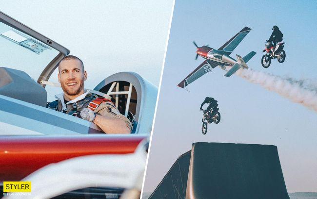 Над літаком літали мотоцикли: український пілот показав неймовірний трюк в небі
