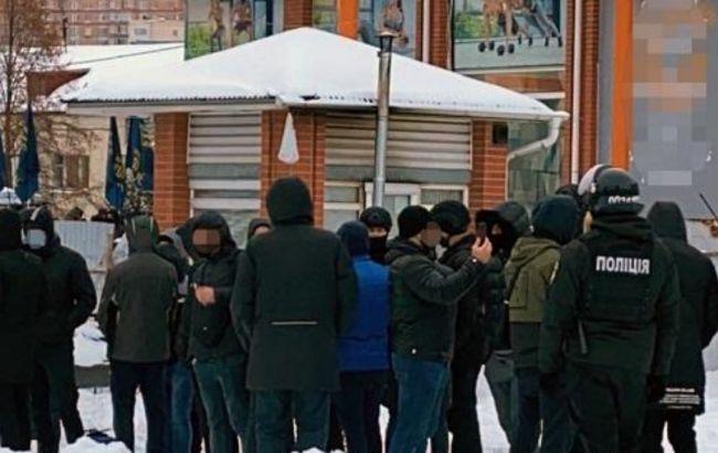 """У центрі Києві знайшли зброю та гранати. Поліція """"запросила"""" у відділок понад 100 осіб"""