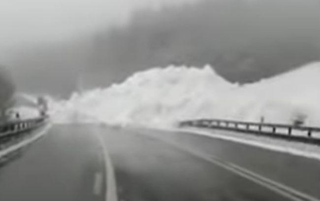 На дорогу Київ-Чоп зійшла лавина. Рух заблоковано (новина виправлена)