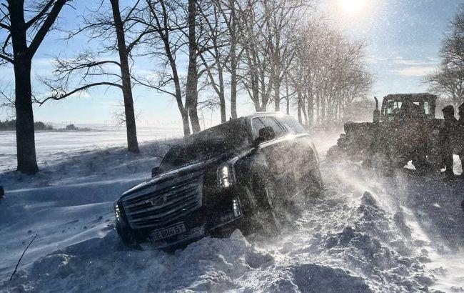 Украинские блогеры застряли на заснеженной дороге под Тернополем: служба спасения отказалась помогать