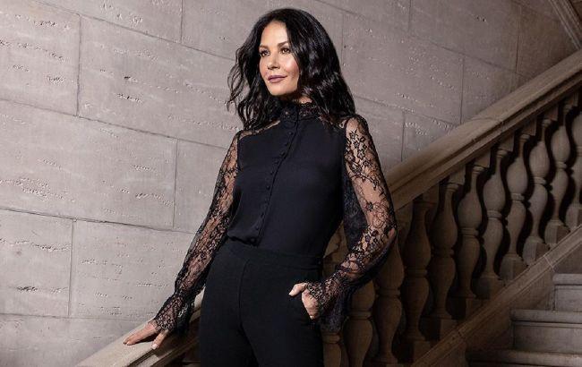 Мереживна блузка та вузькі штани: Кетрін Зета-Джонс в стильному образі total black підірвала мережу
