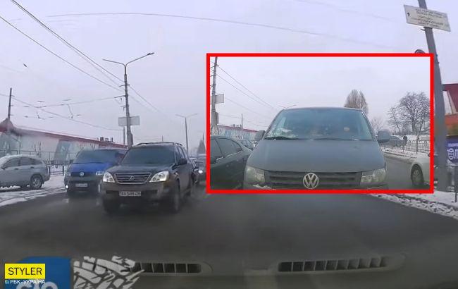 Їхав по зустрічній і кинув пляшку: у Харкові водій відзначився свинською поведінкою (відео)