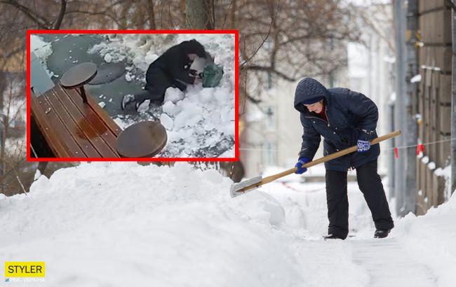 Обходила сигнальную ленту: глыба льда придавила женщину в центре Киева (видео)