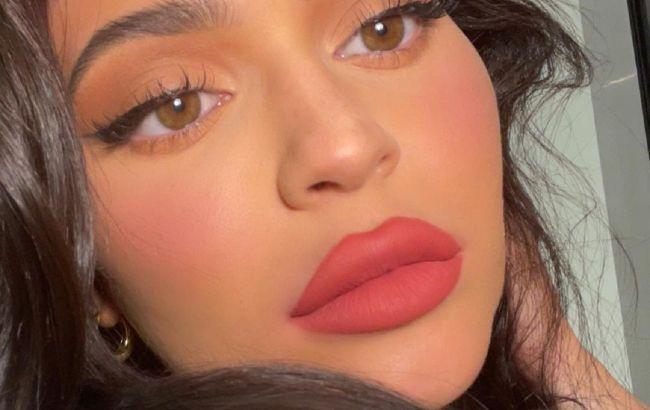 Ідеальна: Кайлі Дженнер з яскравим макіяжем захопила неземною красою