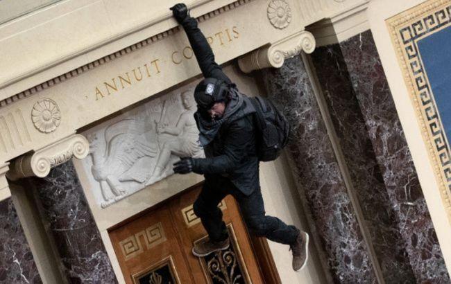 Глава ФБР обвинил участников штурма Капитолия во внутреннем терроризме