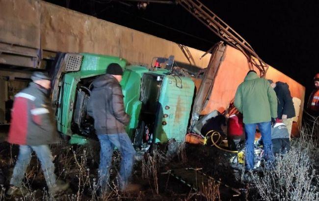 В Кривом Роге на комбинате автомобиль столкнулся с поездом: пострадали работники