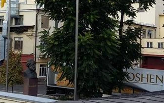 Фото: Памятник Карлу Марксу на территории завода Roshen в Киеве (apostrophe.ua)