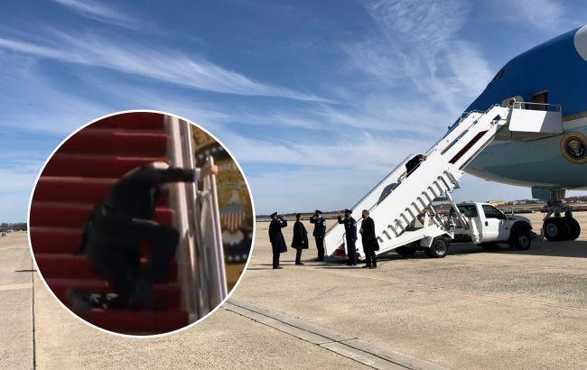 Джо Байден тричі впав, поки піднімався на борт свого літака: з'явилося відео