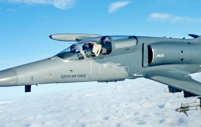 """Бойовий літак ВПС Чехії """"втратив"""" частину кабіни під час польоту"""