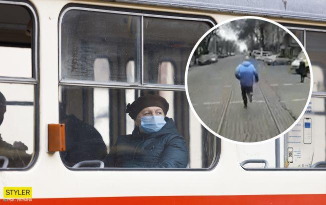 В Николаеве пассажир устроил курьезную пробежку перед трамваем (видео)