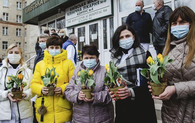 Посол Нидерландов задарил тюльпанами киевских врачей: трогательные фото