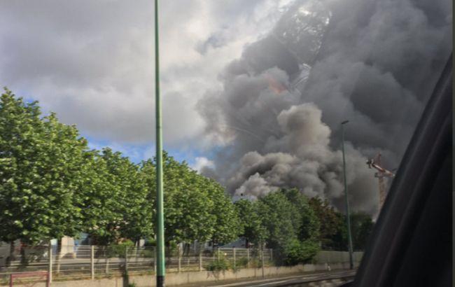 Під Парижем горить хімзавод. Є загроза забруднення грунту і води в річці