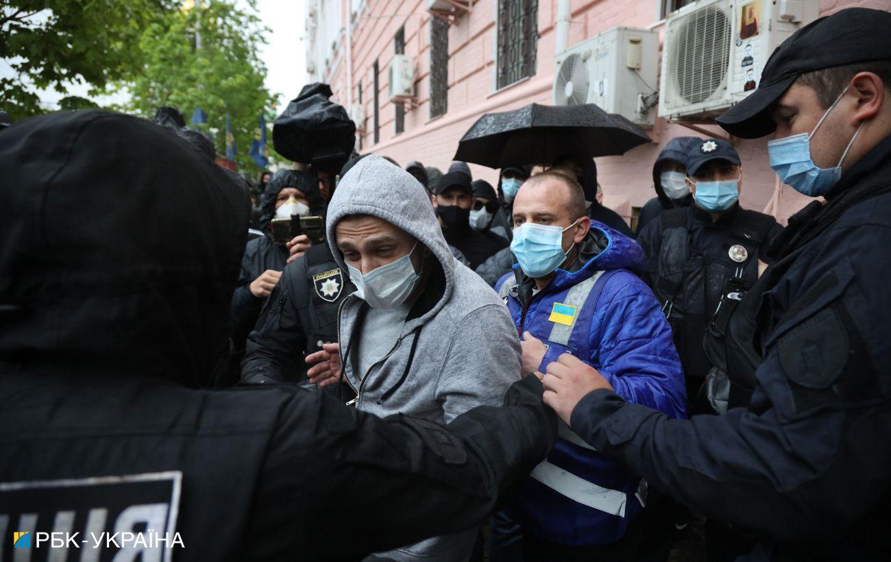 В Киеве под Печерским райсудом произошла потасовка. Там идет суд над Медведчуком