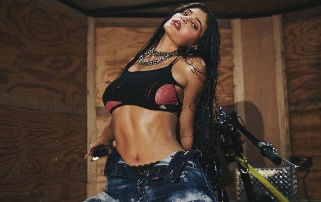 Кайли Дженнер блеснула роскошным телом в жаркой фотосессии для глянца