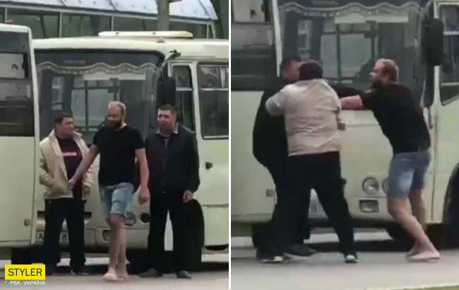 В Киеве водители маршруток устроили драку на остановке: видео потасовки