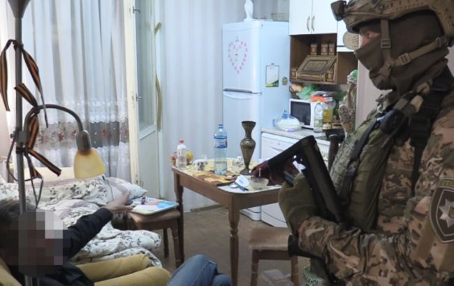 У Києві затримали пенсіонера, який вліз до чужої квартири і взяв у заручники жінку