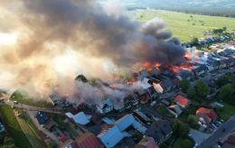 У Польщі сталася масштабна пожежа в селі. Згоріли десятки будівель, постраждали люди