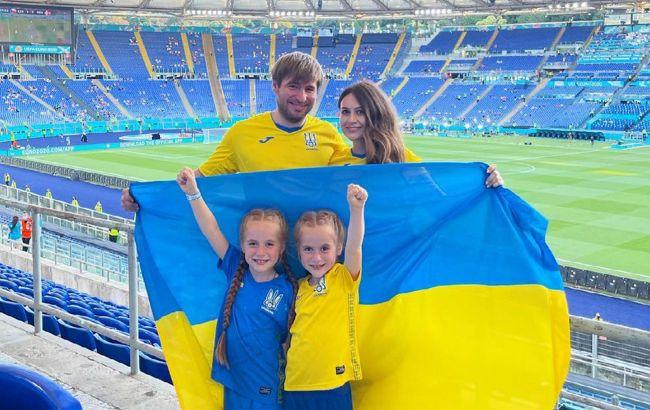 Маленькие близняшки-фанатки Украины поразили эмоциями во время матча с Англией (фото)