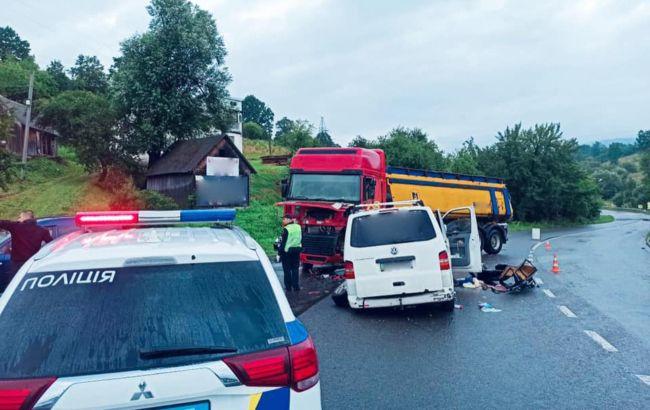 На Прикарпатье микроавтобус с детьми попал в ДТП, есть пострадавшие