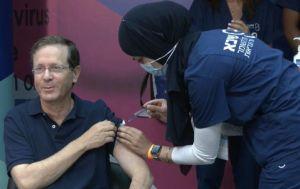 Президент Израиля в третий раз вакцинировался от коронавируса