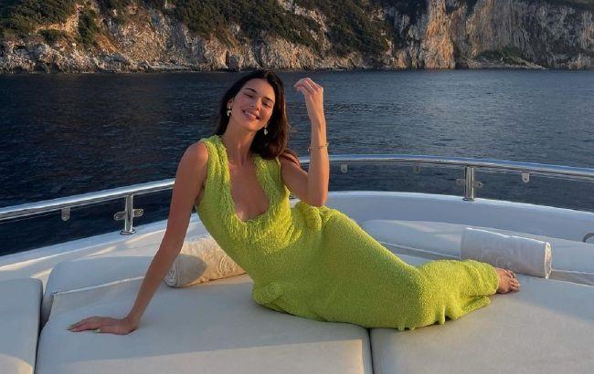 Ідеально для відпустки: Кендалл Дженнер захопила витонченою фігурою в спокусливому платті