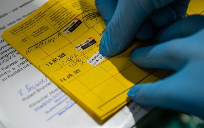 Продавали довідки про вакцинацію і ПЛР-тести. У Києві викрили шахрайську схему