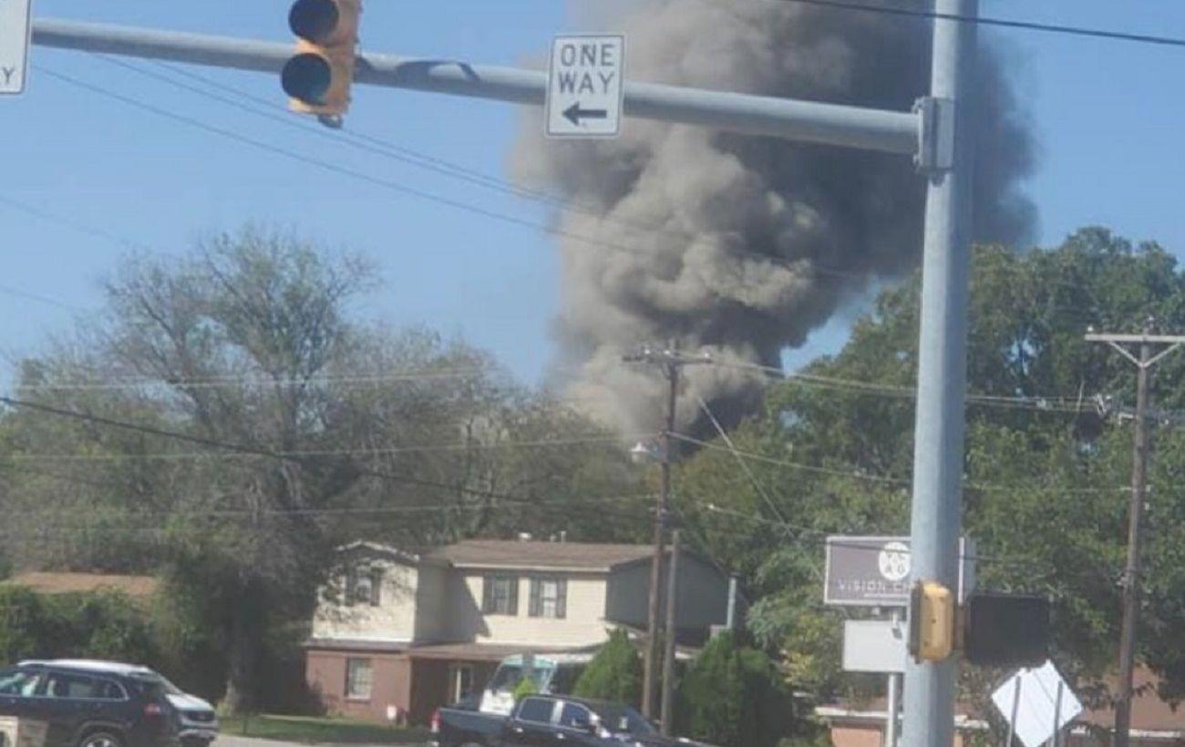 В Техасе самолет ВМС США рухнул на жилой квартал
