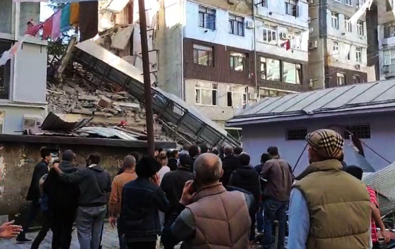 В Батуми обрушилась часть пятиэтажного дома, под завалами могут быть люди