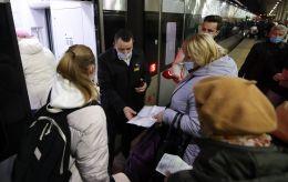 На київському ж/д вокзалі товкучка з самого ранку через нові правила проїзду (фото і відео)
