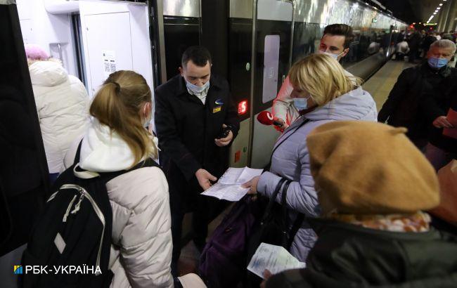 На киевском ж/д вокзале толкучка с самого утра из-за новых правил проезда (фото и видео)