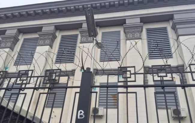 Фото: посольство РФ у Києві закидали яйцями і йодом