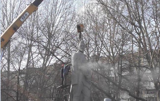 Фото: в Запорожье коммунальщики демонтируют памятник Дзержинскому