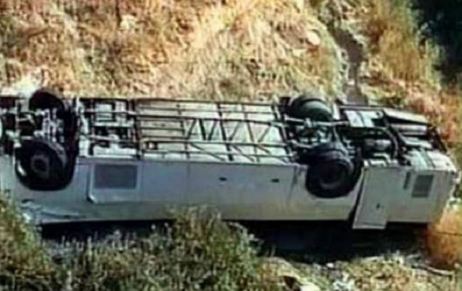 Фото: в Мексике пассажирский автобус упал с обрыва