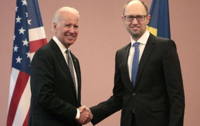 Байден поблагодарил Яценюка за его достижения на посту премьера
