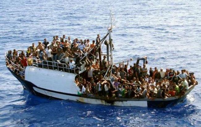 Фото: беженцы пересекают Средиземное море, пытаясь доплыть из Африки до Италии