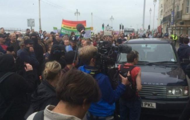 Фото: на півдні Англії пройшли демонстрації на підтримку і проти мігрантів