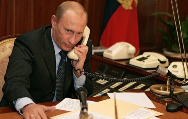 Путін по телефону обговорив з Меркель і Олландом виконання Мінських домовленостей