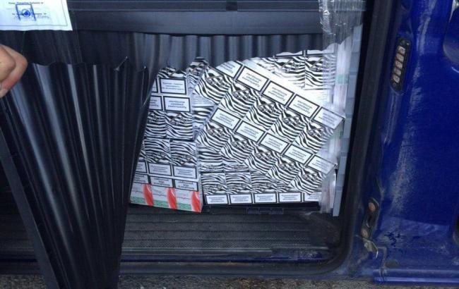 Фото: прикордонники на Закарпатті зупинили дипавтомобиль з контрабандними цигарками