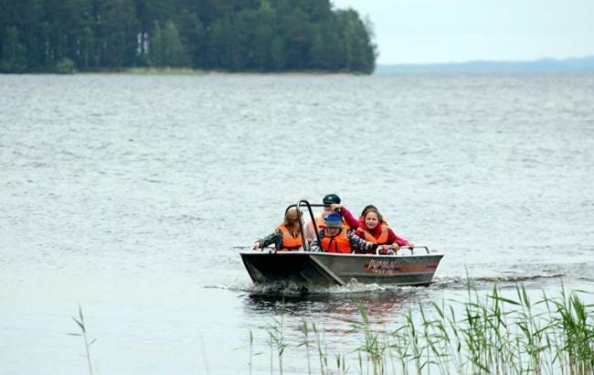 Фото: Спасенные дети на озере в Карелии