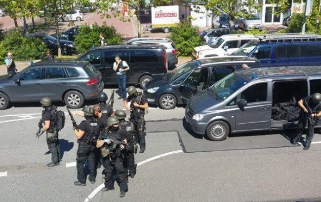 В Германии неизвестный ранил до 50 человек, открыв стрельбу в кинотеатре. К месту ЧП прибыл спецназ