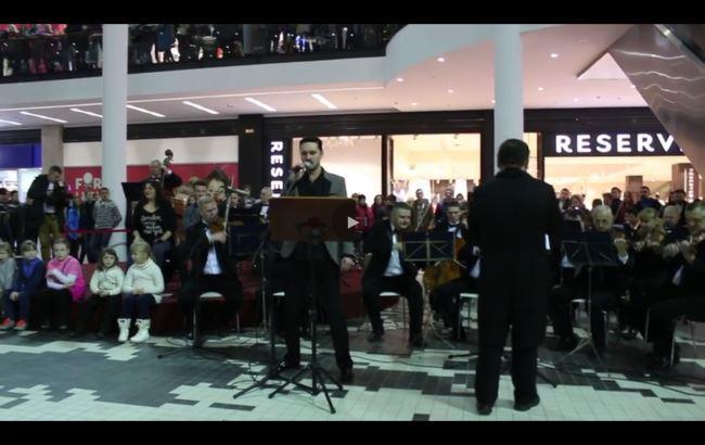 Во львовском ТРЦ оркестр исполнил песни Кузьмы Скрябина
