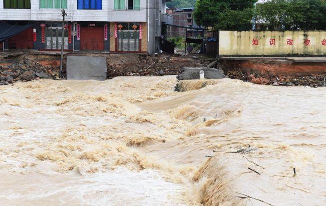 """Фото: через тайфун """"Непартак"""" в Китаї було зруйновано близько тисячі будинків"""