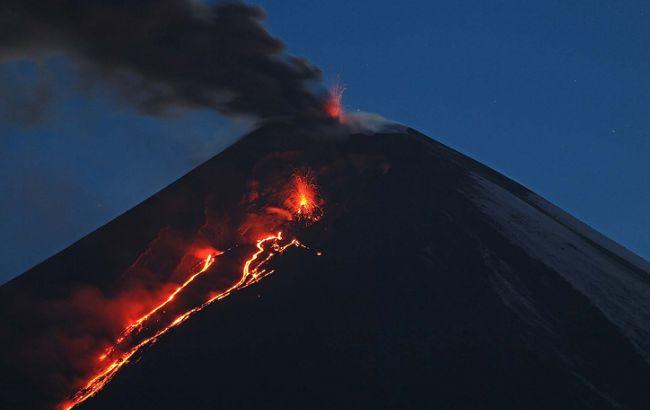 Фото: вулкан Ключевський на Камчатці викидає з квітня 2016 року