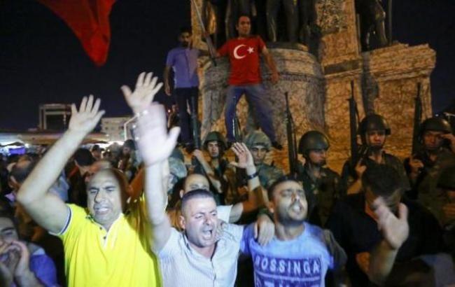 Фото: люди виходять на вулиці по всій Туреччині