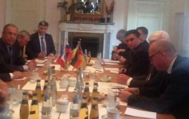 Фото (Twitter Андрія Мельника): переговори у Берліні