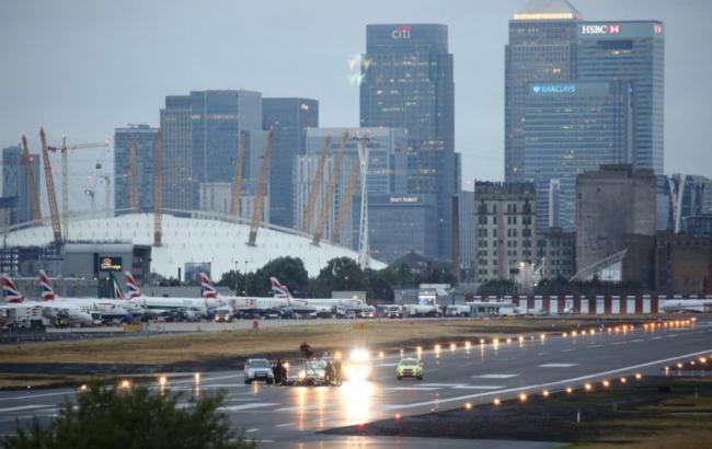 Фото: акция протеста в аэропорту Лондона