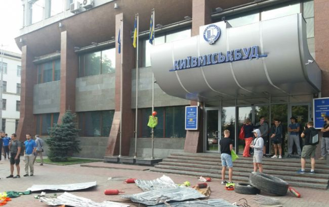 """Фото: """"Азов"""" блокує офіс """"Київміськбуду"""""""