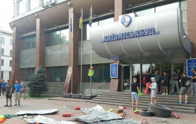 "Фото: ""Азов"" блокирует офис ""Киевгорстроя"""