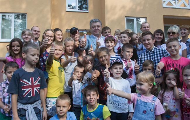 Фото: Петро Порошенко і родини бійців АТО на інспекції житла (president.gov.ua)